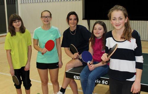 Übungsleiterin Daniela Neeff mit dem Tischtennis-Nachwuchs