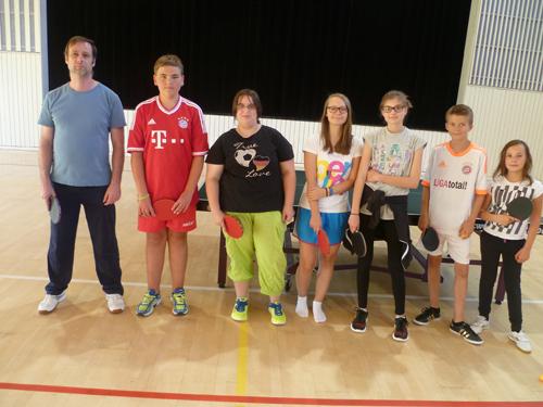 Übungsleiter René Pamer mit der Jugend im Tischtennis