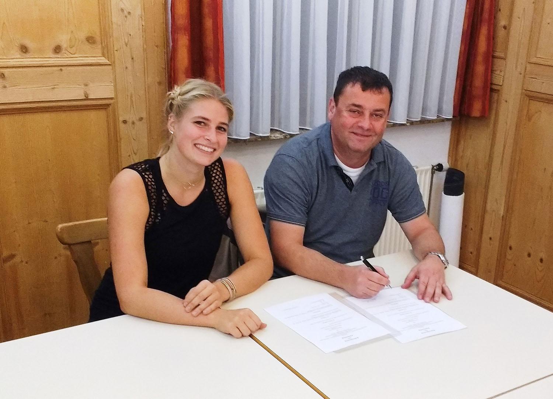 Jennifer Schneider und TVH-Vorsitzender Jürgen Söhnle bei der Vertragsunterzeichnung